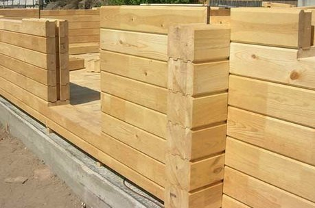 Стены возводятся из деревянного бруса