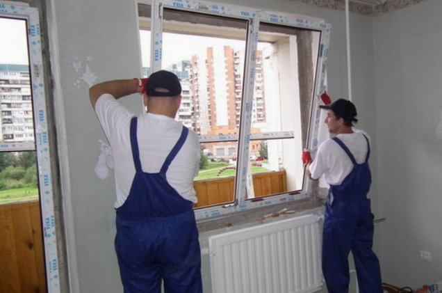 Установка окна производится бригадой рабочих
